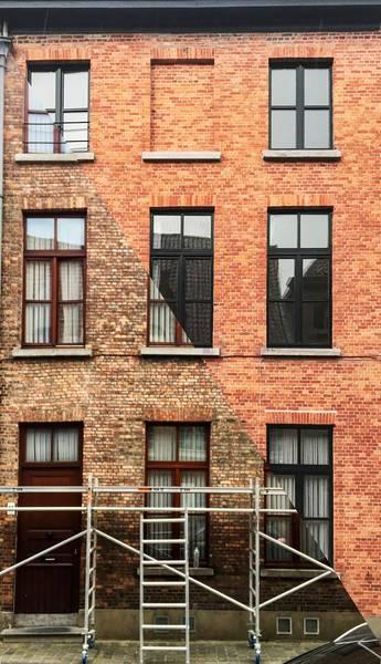 ᐈ Renovatie info Glazen gevel detail en huisnummer op gevel ✔️ Ontvang Gratis Offertes en Vergelijk
